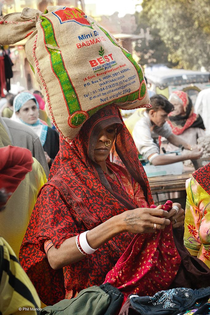 carrying rice on her head, Jaipur, India