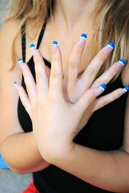 here you can see the result of some really creative nails using just blue and whte edges. As you can see the girl looks really trendy with these one's.