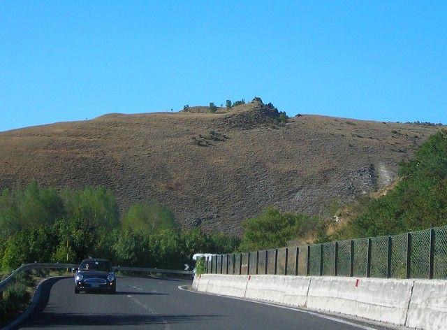 La Statale della Val di Chienti nei pressi di Colfiorito, con il castelliere di monte Croce di Cassicchio sullo sfondo. Il tracciato moderno ripercorre l'itinerario della Lauretana vera e propria