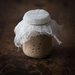 Krok po kroku jak samodzielnie wyhodować zakwas żytni na chleb.