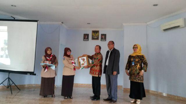 Penyerahan Plakat Kunjungan ke SMP 2 Pangkal Pinang dari MKKS SMP N dan Swasta Se Kabupaten Banyuasin SumSel
