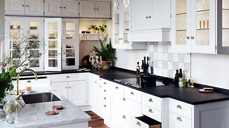 Crona är ett fantastiskt herrgårdskök, funktionellt och klassiskt med detaljer som ger det ett vackert och bearbetat utseende. Detta klassiska kök är tidlöst och känns alltid ombonat.  Se mer av Crona: http://www.tibrokok.se/vara-koksstilar/ovanligt-bra-koksstilar/crona