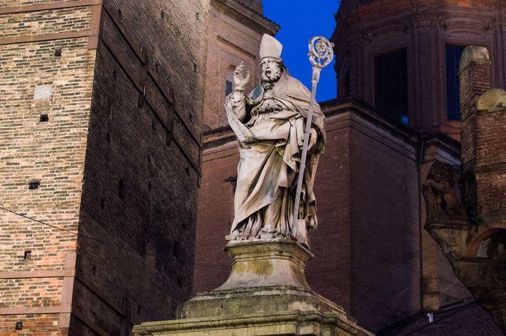 Nel giorno del Santo Patrono la statua di San Petronio, realizzata dallo scultore Gabriele Brunelli per l'Arte dei Drappieri nel 1683, è ricollocata in piazza di Porta Ravegnana, davanti alle due torri. Era stata rimossa da questa collocazione originaria nel 1871 e a lungo custodita nella basilica di piazza Maggiore.