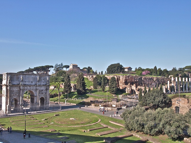 Vista dende o Coliseo. En primeiro termo, as ruinas da Meta Sudans. A esquerda o arco de Constantino. Ao fondo, o Palatino.