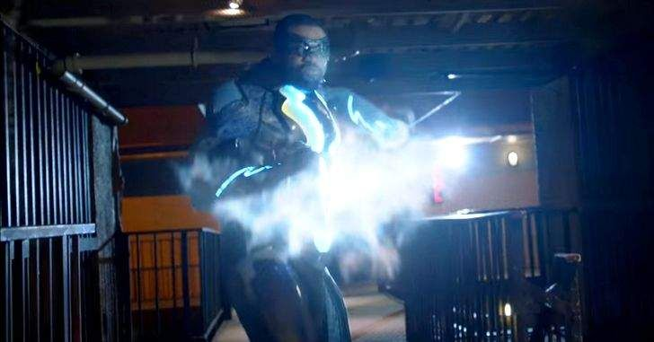 A DC e CW acabaram de liberar o primeiro trailer de Raio Negro! Black Lightning, serábaseada nas histórias do Raio Negro, criada pelos mesmos produtores das séries do Arrowverso. Contudo, ela não se passará no mesmo universo que Arrow e The Flash. Jefferson Pierce fez sua escolha: ele aposentou seu traje e sua identidade secreta …