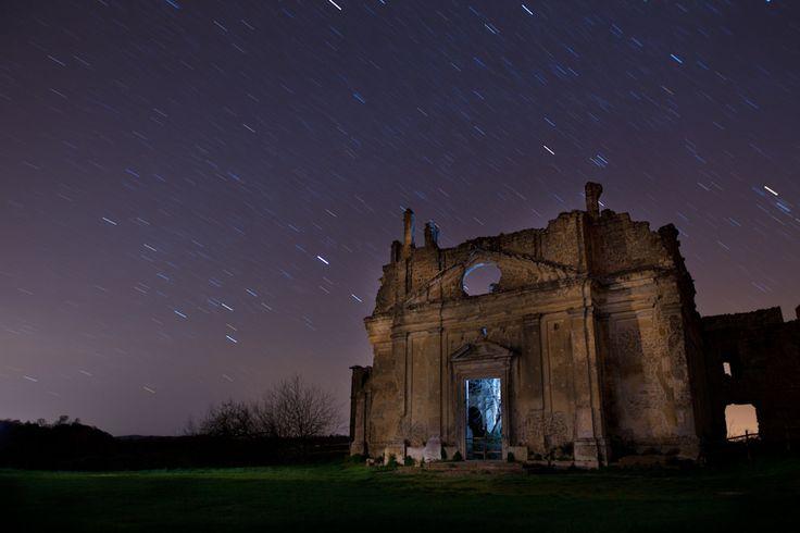 La citta' fantasma di Monterano  Qui, sul nostro blog fotorgafico, potete trovare altre foto e alcune tecniche di fotografia notturna con light painting: blog.42mm.it/2011/04/11/fotografia-notturna/