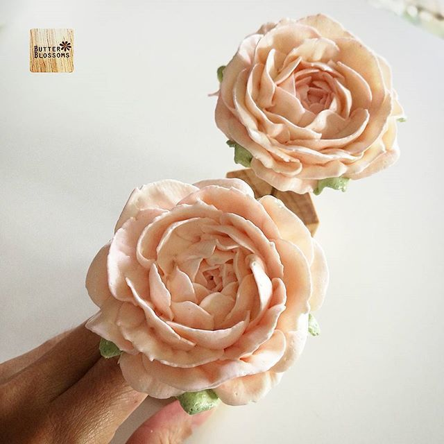 Not everyone like glossy buttercream. Italian meringue buttercream. Is these rose old fashion ? #butter #butterblossom #butterblossoms #onlineclass #flowers #flowercake #flowercakeclass #pipingclass #cake #cakes #cakeinspiration #cakeflowers #bakery #white #whiteflower #wreath #wreathcake #formom #mother #motherday #forbosswomen #forgirl #happybirthday #nature #love #thailand #bangkok #wreath #wreathcake #howtoperfect