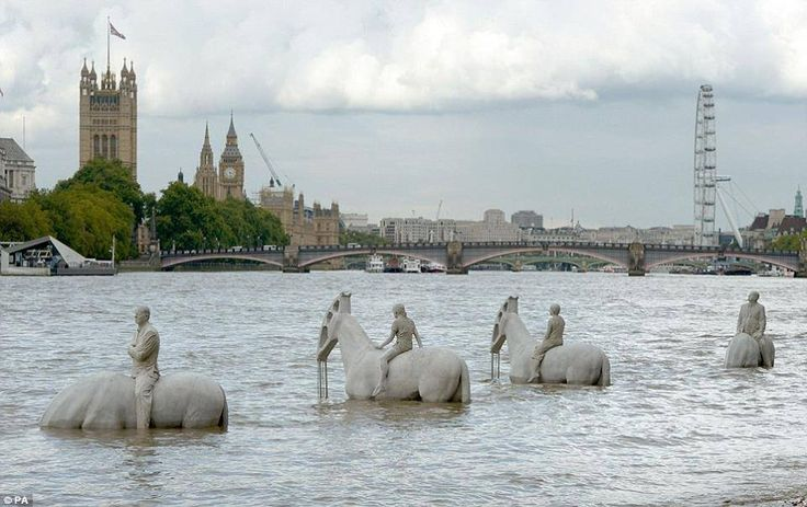The Rising Tide di Jason deCaires Taylor sul Tamigi -Londra
