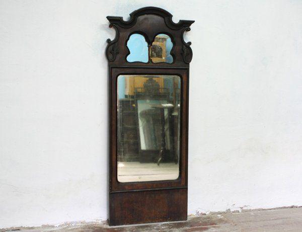 Старинное зеркало в деревянном окладе