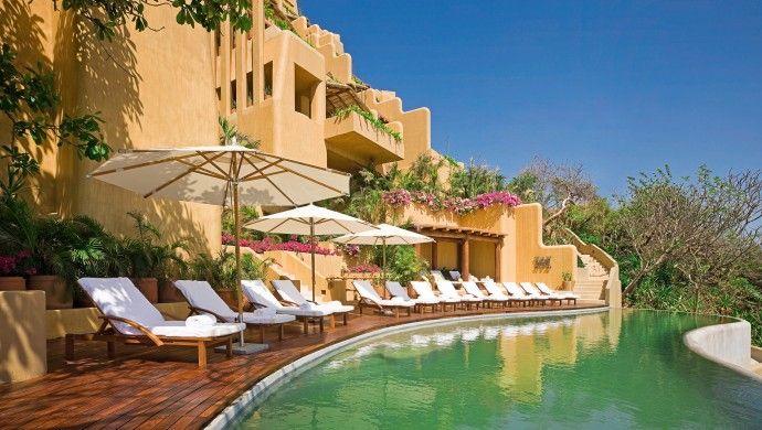 Capella Ixtapa: Расслабьтесь у бассейна в одном из шезлонгов Капеллы, где вид не что иное, синий грохот волн.