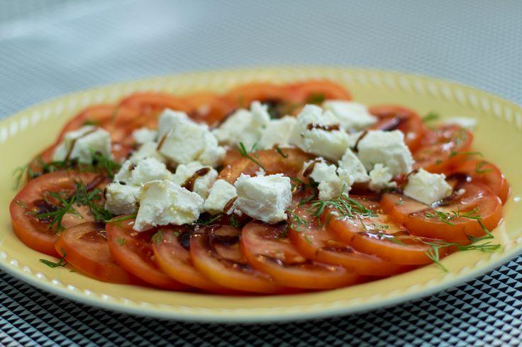Tomatsalat med brie de chevre, dill og balsamico