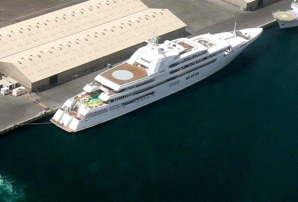 $650 millions  Construit par Lürssen Yachts, ce bateau appartient au Sheikh Khalifa bin Zayed al-Nayan, l'Emir de Abu Dhabi. C'est le 4ème bateau le plus cher du monde