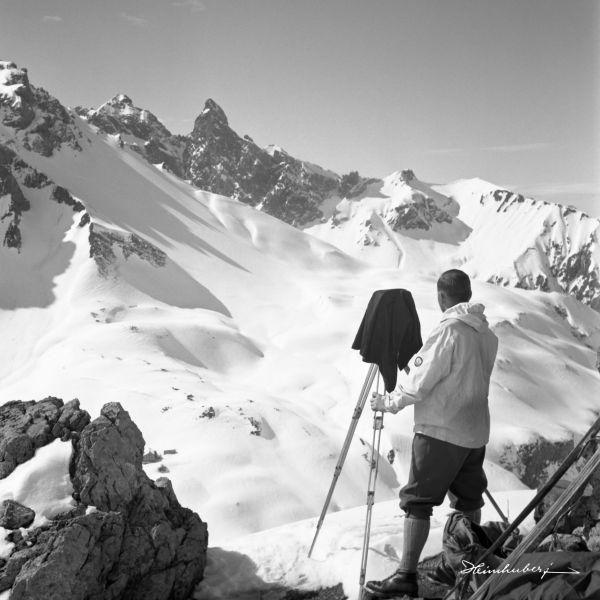 Fotograf mit Plattenkamera 1938. Einzigartige Bergbilder der Familie Heimhuber seit 140 Jahren. Jetzt online entdecken und als Wandbild bestellen!