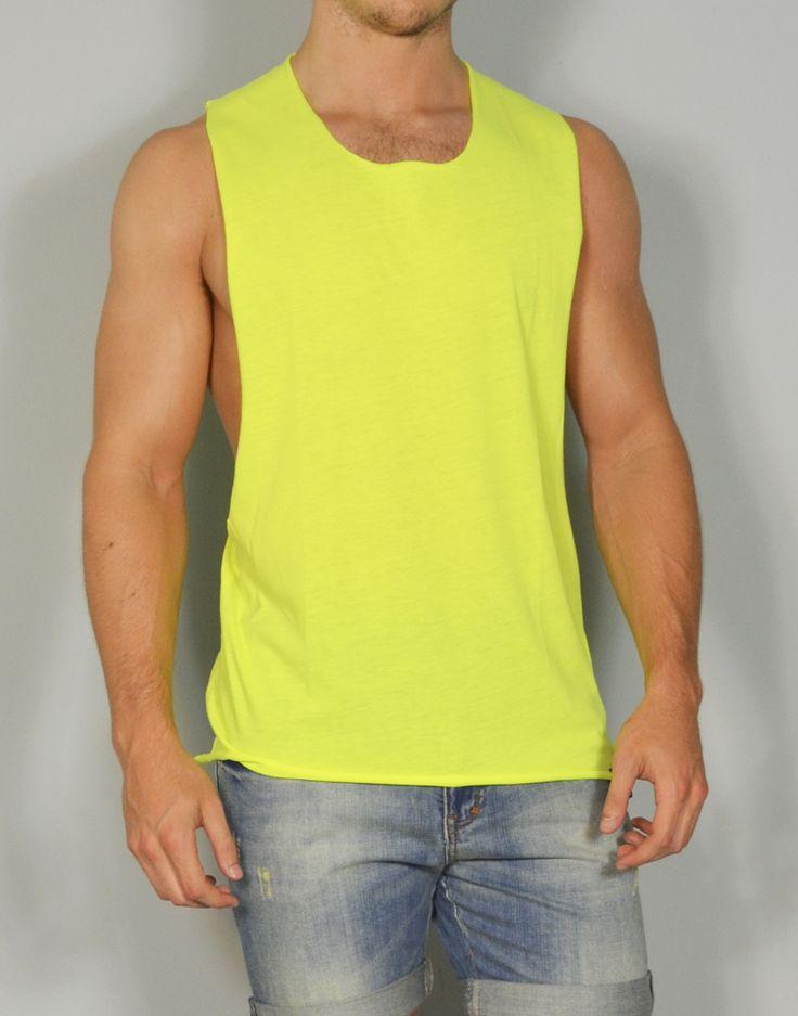 Camiseta sin mangas de hombre en color fluor, perfecta para las tardes de gym!!! Sólo en www.tiendas13.com