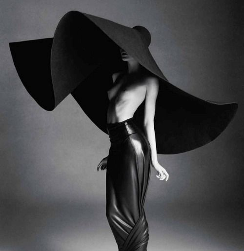 Now that's what I call a hat!: Mad Hatters, Fashion Art, Beaches Outfits, Giant Hats, Hass Nielsen, Fashion Photography, Big Hats, Black Hats, Sun Hats