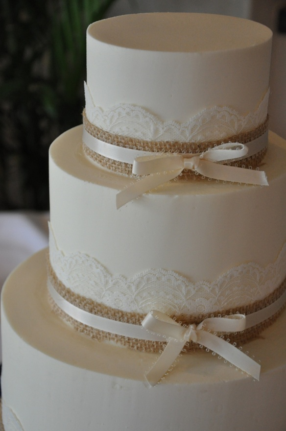 lace and burlap wedding cake