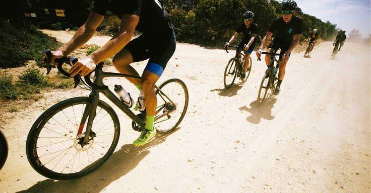 As Gravel Races são uma nova e crescente tendência no mundo do ciclismo de estrada. Sim, estrada! A chegada em peso das Gravel Bikes, também conhecidas como All Road bikes, ou seja, bicicletas que desafiam os limites do que se é possível fazer com uma bike de estrada,   #bike #ciclismo de estrada #competição de mtb #Cyclo-cross #dicas de bike #dicas de como pedalar #DIcas de MTB #speed