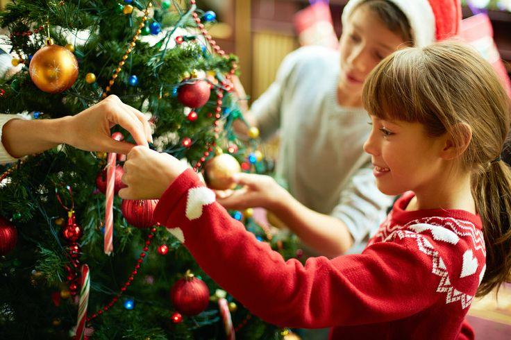Samen met de kids gezellig de kerstboom optuigen maakt ook een heel leuke, sfeervolle en persoonlijke fotokerstkaart!