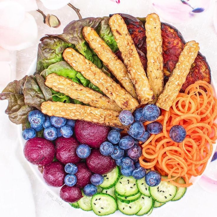 Pan fried tempeh by #Tempehmanufaktur oven baked #eggplant  beetroot by @lovebeets  #cucumber #sesame salad spiralized carrots  greens and #blueberries.  It was such a long day guys  got a new workout schedule at the gym and this is literally killing me  .  Enjoy your weekend peeps. It's friday night  Yaaay...and I will keep my TV's company . /// /// Mein Trainer will mich eindeutig töten . Falls er das lesen sollte: ernsthaft ich kann das einfach nicht! Die Arme wollen nicht. Nicht das die…