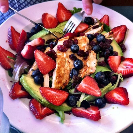 Spinach, chicken, blueberries, strawberries, dried cranberries, and avocado.. Healthy and easy salad.