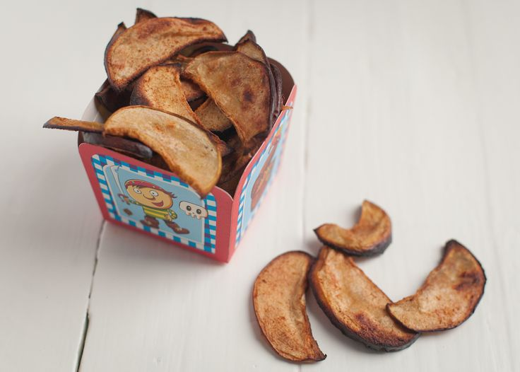 """Het is Halloween! Verras de kinderen met deze gezonde snack in plaats van de """"normale"""" met-kunstmatige-suikers-volgestopte snoepjes. Daarnaast zijn er in het najaar altijd weer lekker zoete appeltjes verkrijgbaar. En met een klein beetje geduld en maar 2 ingrediënten maak je hiervan heerlijke appelchips! Appelchips met kaneel  Print Voorbereiding 5 mins Kooktijd 180 mins …"""