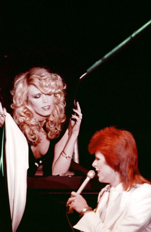 Amanda Lear et David Bowie à Londres en 1973 http://www.vogue.fr/mode/inspirations/diaporama/icnes-le-style-des-party-girls/23979#amanda-lear-et-david-bowie-londres-en-1973
