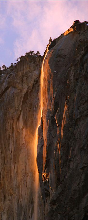 """Nur wenige Tage im Februar zeigt sich der sogenannte """"Feuer-Wasserfall"""" im kalifornischen Yosemite-Nationalpark. TRAVELBOOK über das Naturspektakel des Horsetail Fall, das scheinbar Wasser in Feuer verwandelt: http://www.travelbook.de/welt/Horsetail-Fall-Das-Geheimnis-des-gluehenden-Wasserfalls-602337.html"""