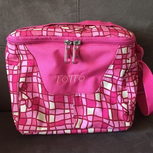 TOTTO LUNCHBOX NWOT  Totto Lunchbox. New, never used. Insulated in the inside. Sturdy material and strong zippers. Has buckles to attach it to backpacks or attach it around the backpack or the waist. This item has warranty, any damages you can take it to a Totto store or online and they will repair it. ❌No rips, stains or damages, zippers working perfectly❌No trades Kiki is a Top Seller Totto Bags Backpacks