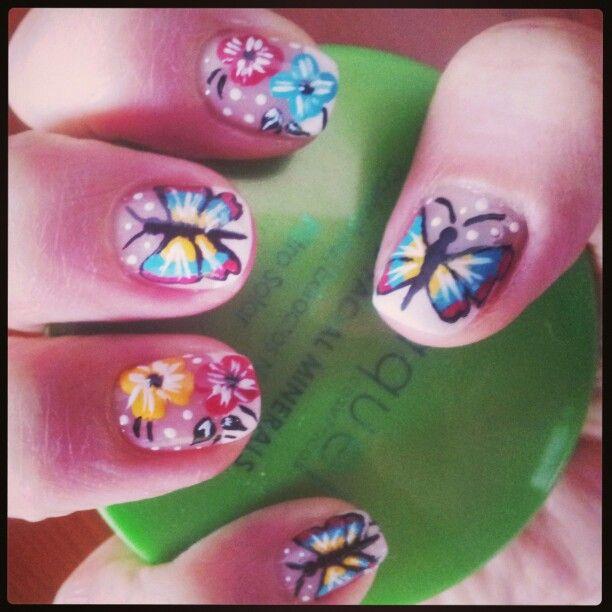 Uñas decoradas con maripisas y flores