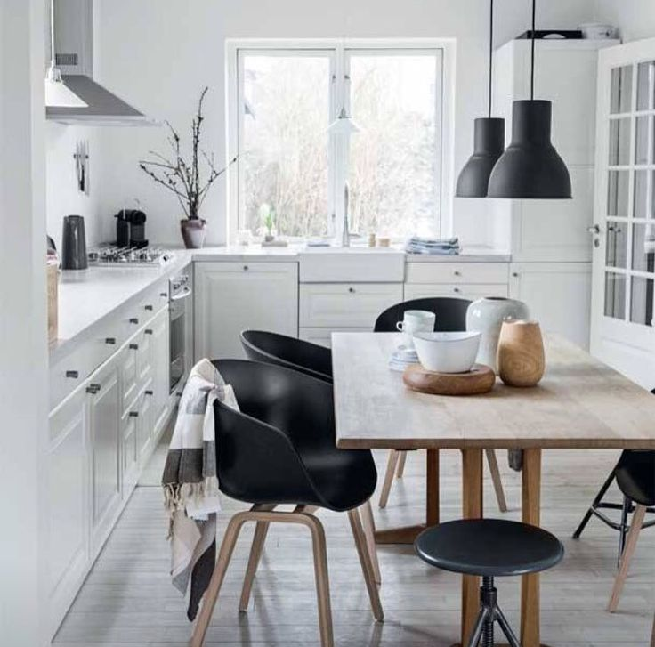The home of designer and founder of  VIIL - Liv Arbøl. Featured in the magazine Femina -Denmark. #viil #viildesign #feminadk #fotografdiannanilsson #katrinekaul #magazine #boligreportage #denmark #danish #design #danishdesign #nordichome #nordic #decor #indretning #naturalmaterials #slowliving #silence # textiles #sustainability #decorating #kitchen #køkken #tekstiler #hammamhåndklæder #hamamhåndklæder #håndværk #vævning #weaving