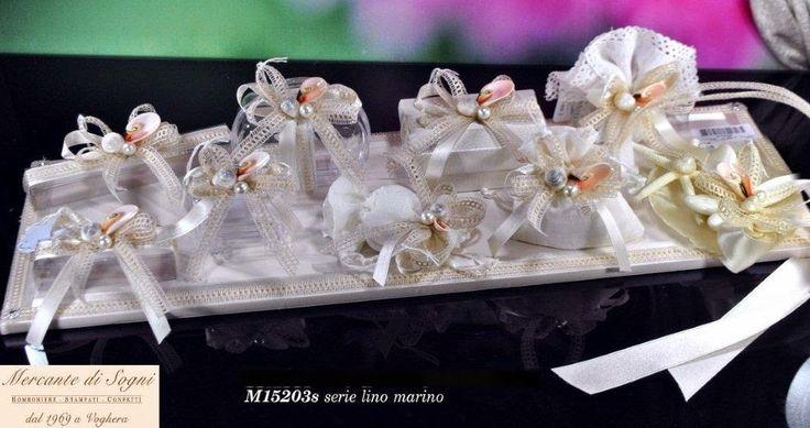 """Mercante di Sogni - Voghera - Bomboniere e Stampati dal 1969 - Vendita ai privati: 12/11/14  Collezione """"MB"""" - Serie LINO MARINO - Scatoline - Sacchetti - Bouquet portaconfetti   Linea di oggetti realizzati in lino con applicazioni di perle, conchiglie, nastri, pizzi.  Read more: http://mercantedisognivoghera.blogspot.com/2014_12_11_archive.html#ixzz3MMXnF5cc"""