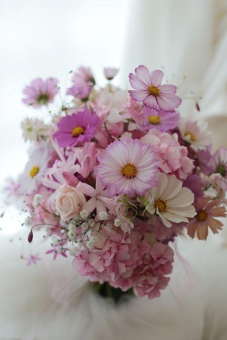 クラッチブーケ コスモスとカスミソウ 自由学園明日館さまへ : 一会 ウエディングの花