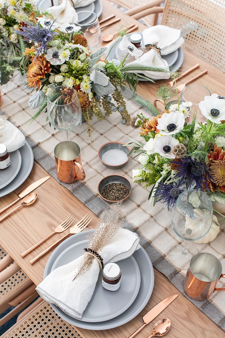 A Rustic Modern Thanksgiving Table Setting Sugar And Charm Modern Thanksgiving Table Settings Modern Thanksgiving Table Dinner Table Setting