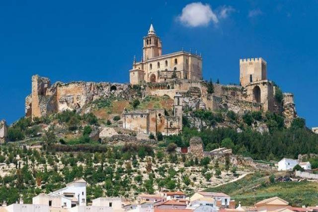CASTLES OF SPAIN - Castillo de Alcalá la Real ( ó de La Mota), Jaén. Se erigió a principios del s. VIII, por Badis Aben Habuz. Fue centro de una de las rebeliones muladíes contra el Califato de Córdoba y más tarde destacó en los enfrentamientos entre los almorávides y los reyes de Taifas, Tras la batalla de las Navas de Tolosa (1212), el castillo pasó a manos cristianas y musulmanas alternativamente. En 1340, Alfonso XI sitió la ciudad, que capituló vencida por el hambre.