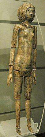 Poupée articulée en ivoire trouvée à Tivoli dans un tombeau en marbre. Elle porte des bijoux en or et une coiffure comme celle de l'impératrice Julia Domina (fin du 2ème s. p.C.)