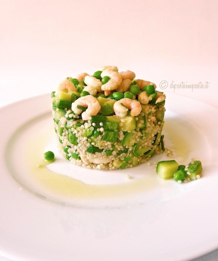Quinoa con zucchine, piselli e gamberi