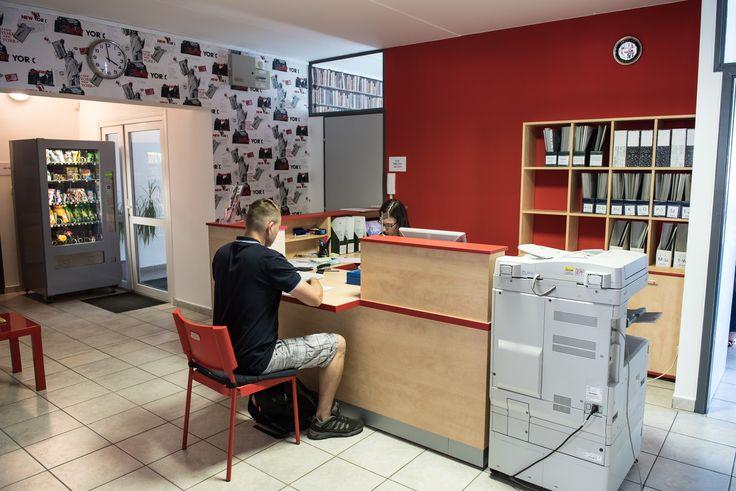 A megújult ügyfél szolgálati előtét, háttérben a snack automatával, ami szintén újdonság nálunk.