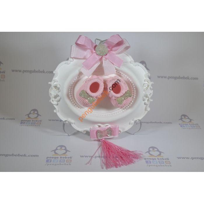 Pembe Patik Mini Tablo, bebeğinizin gelişi anısına ziyaretçilerinize verebileceğiniz çok sevimli bir hatıra. Pengu Bebek