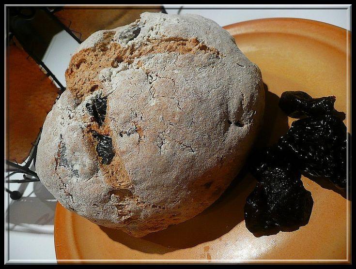 Smíchat suché ingredience a nakonec přidat podmáslí. Zpracovat bochánek,pomoučnit, navrchu naříznout do kříže a dát péct na 170°C na cca 30-40min