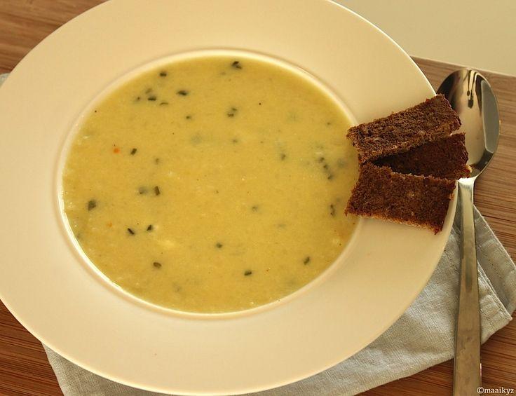 Weer een lekker soeprecept van Maaike vanMiCook. Deze keer is het een recept van bloemkoolsoep. Een romig soepje dankzij de toevoeging van Philadelphia. Binnen 30 minuten heb je een stevige soep op tafel staan! Tijd: 30 min. Recept voor 4 personen Benodigdheden: 1 kleine bloemkool, in roosjes 1 grote aardappel geschild en in blokjes 1...Lees Meer »