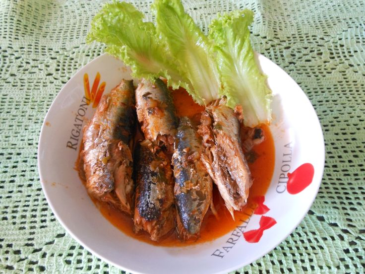 1 kg de sardinhas limpas  - 1 copo americano de óleo  - 1 colher (sopa) rasa de sal  - 1 cebola picada  - 3 tomates picados  - 1/2 copo de vinagre  - Cheiro verde a gosto  -