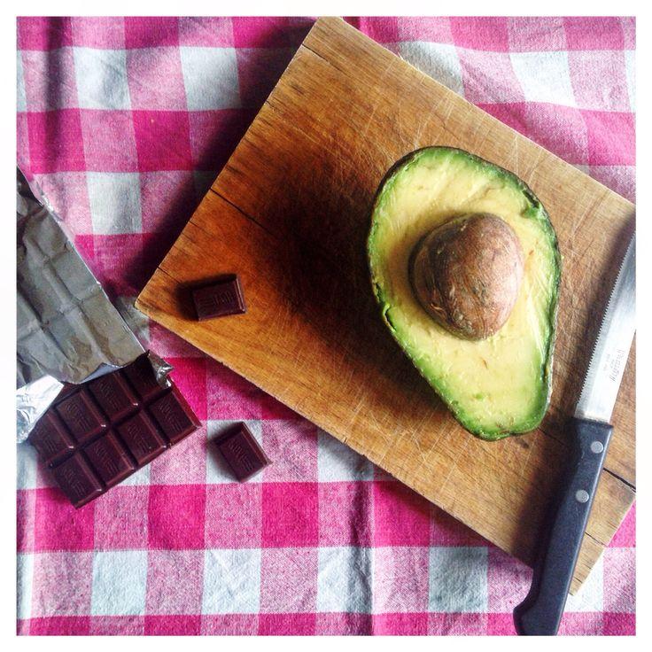 L'avocado è un frutto dalle mille proprietà benefiche e antitumorali. Ottimo per frullati energetici o piatti sofisticati. Non è molto risaputo, invece, che un pezzo di cioccolato fondente al giorno, accompagnato da una dieta sana, può favorire la perdita di peso.  Diamo il via all'esperimento!