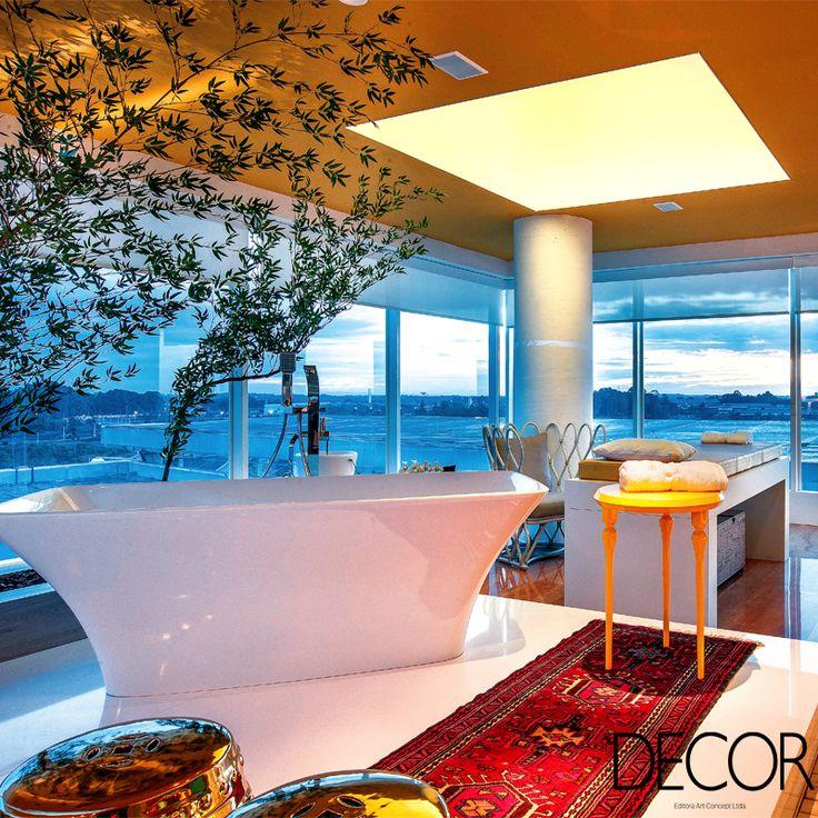 Um SPA dentro de casa pode ser uma excelente opção para intensificar os momentos de relax sem precisar abandonar o conforto do lar. Hidromassagens, banheiras de imersão, saunas e plantas ajudam a criar a atmosfera ideal que inspira bem-estar.