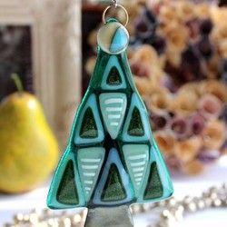 『creemaクリスマス2016』『クリスマスハンドメイド2016』ガラスのオーナメント クリスマスツリー(ブルー)ガラスサイズ:約70mm×60mm重さ:約40gクリスマスツリーをモチーフにデザインしたガラスのオーナメントです。ガラスならではの色と質感がたまらなくかわいい作品です。壁面や窓辺(カーテンレールなど)に吊るして一年中楽しんでいただけるガラスのオーナメントです。ブルーとグリーンとクリアーの3色あります。■ギフトラッピング(有料)をご希望の場合は、購入時に備考欄へご記入ください。ご連絡のない場合は通常包装のみとなります。■ガラス作品のお取扱いについて手作りガラスのため中に気泡が入る場合や、擦れ、ガラスにしわがよった状態になる場合がございます。