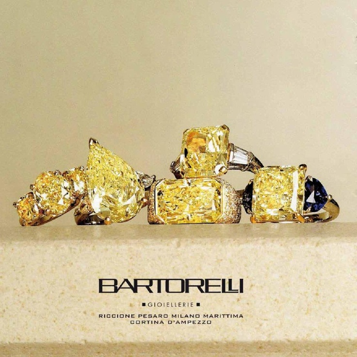 Anelli di diamanti fancy yellow su oro giallo e zaffiri blu by Bartorelli Maison