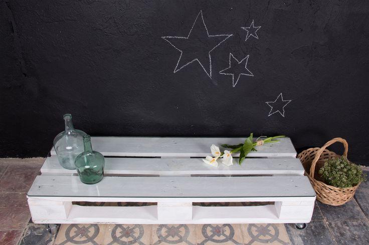 Mesa realizada conpalets europeos reciclados. Por sus dimensiones, se trata de una mesa ideal como aparador para la televisión o centro de mesa.  Tratamos la madera de los palets para que sea duradera y tengan un aspecto nuevo. Estas mesas pueden emplearse tanto en interior como en exterior, si además incorporas la ruedas podrás