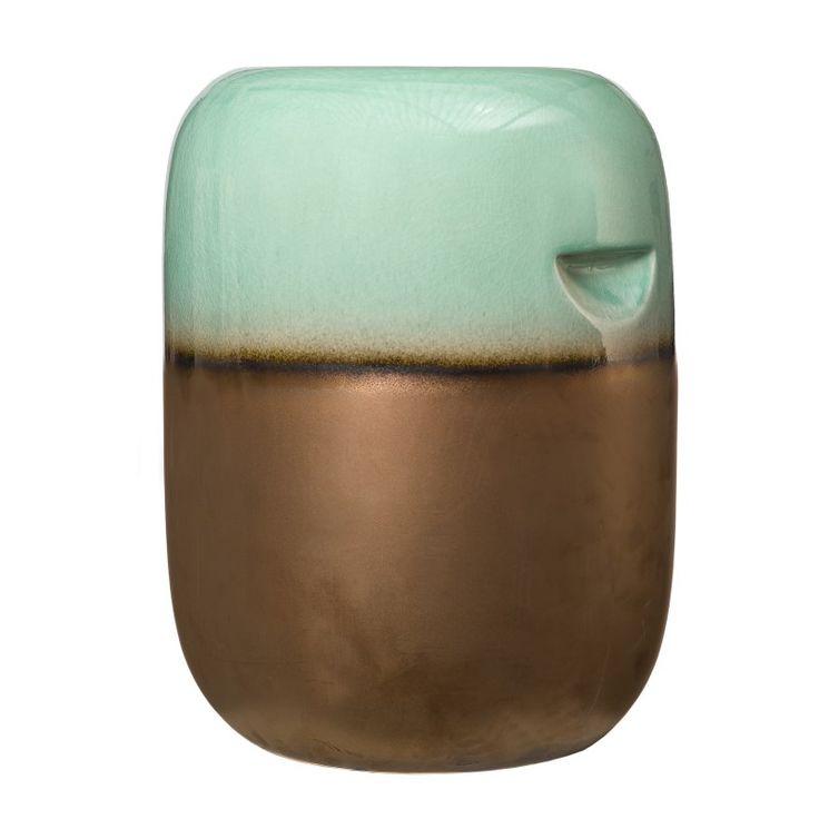 Přineste jedinečný styl do vašeho domova s tímto keramickým stolečkem, který je jak funkční, tak velmi dekorativní prvek interiéru. Zaoblené hrany, bronzová a zelená glazura. Určen pouze pro použití v interiéru.