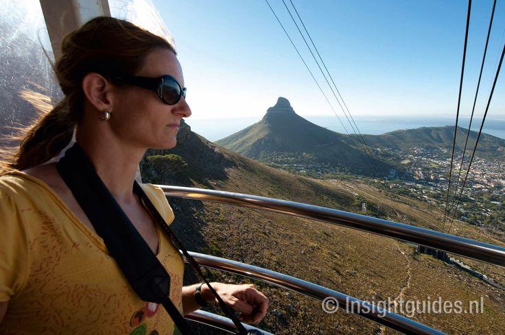 Kabelbaan neer de top van de Tafelberg, Zuid-Afrika.