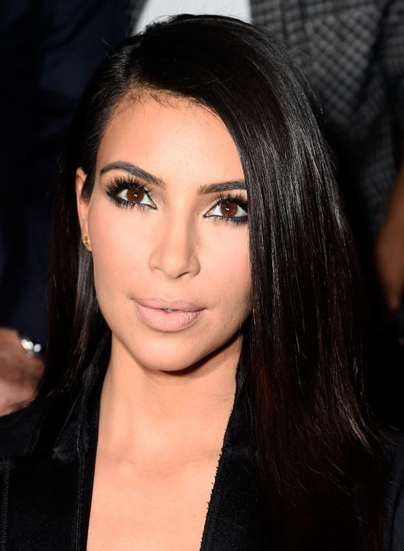 A Paris Fashion Week acabou ontem e ao final dela, podemos ter uma certeza: Kim Kardashian, mais West do que nunca, causou! Look ousados, decotados, exagerados e rasgados, ataque pegadinha, North na primeira fila, bom, tudo isso vocês acompanharam no meu Instagram e Facebook, mas se teve algo de positivo nesse kaos todo, se chama… …