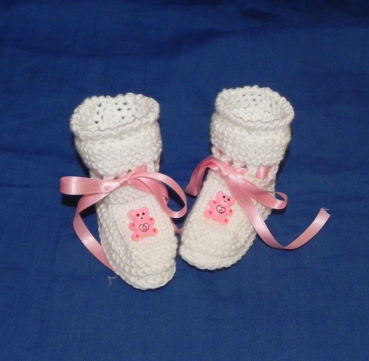 Scarpette realizzate ai ferri in lana bianca con orsetto rosa : Moda bebè di ciuppino